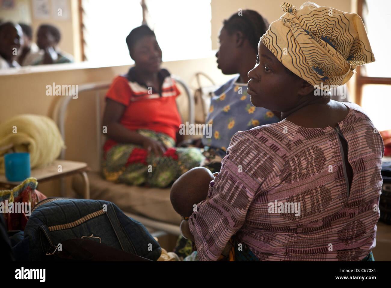 Frauen sitzen in der Entbindungsstation eines Krankenhauses in Dedza, Malawi, Südafrika. Stockbild