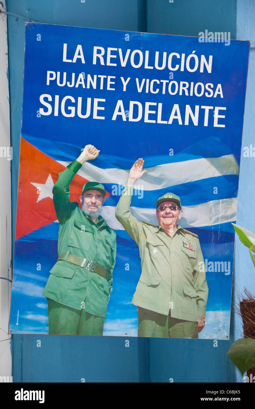 Kuba, Havanna. Politisches Plakat zur Erinnerung an den Übergang der Macht von Fidel zu Raul Castro. Stockbild