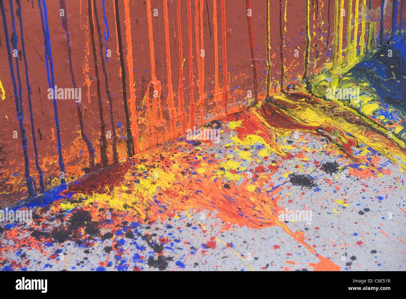 USA, New York State, New York City, tropfende Farbe auf Wand und asphalt Stockbild
