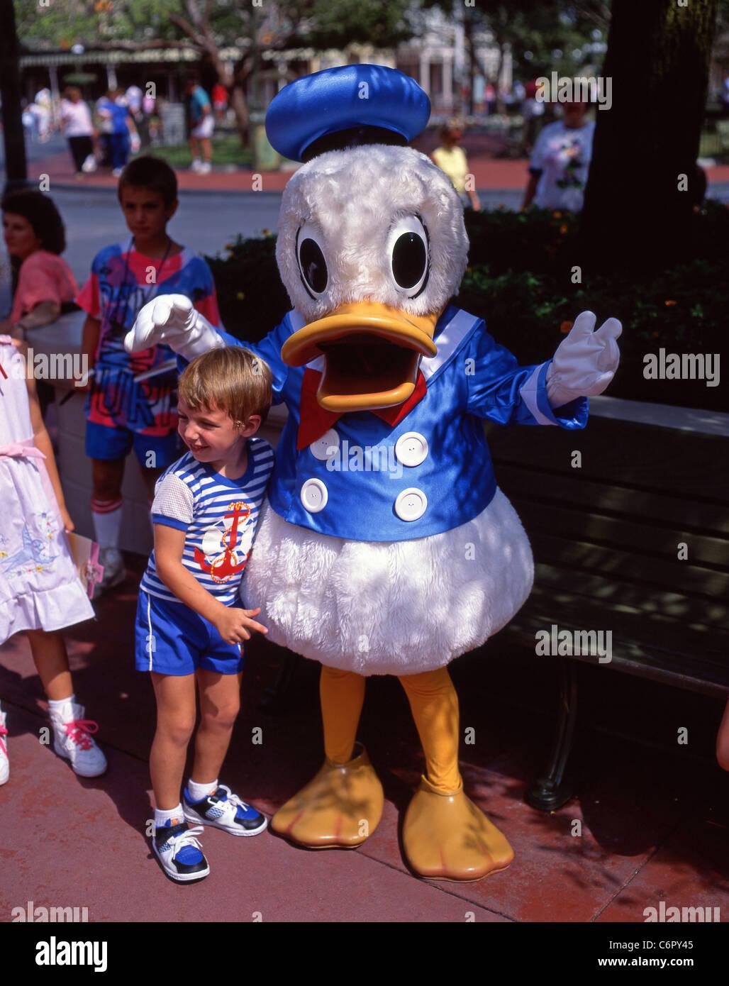 Kind mit Donald Duck Charakter, Walt Disney World, Orlando, Florida, Vereinigte Staaten von Amerika Stockbild