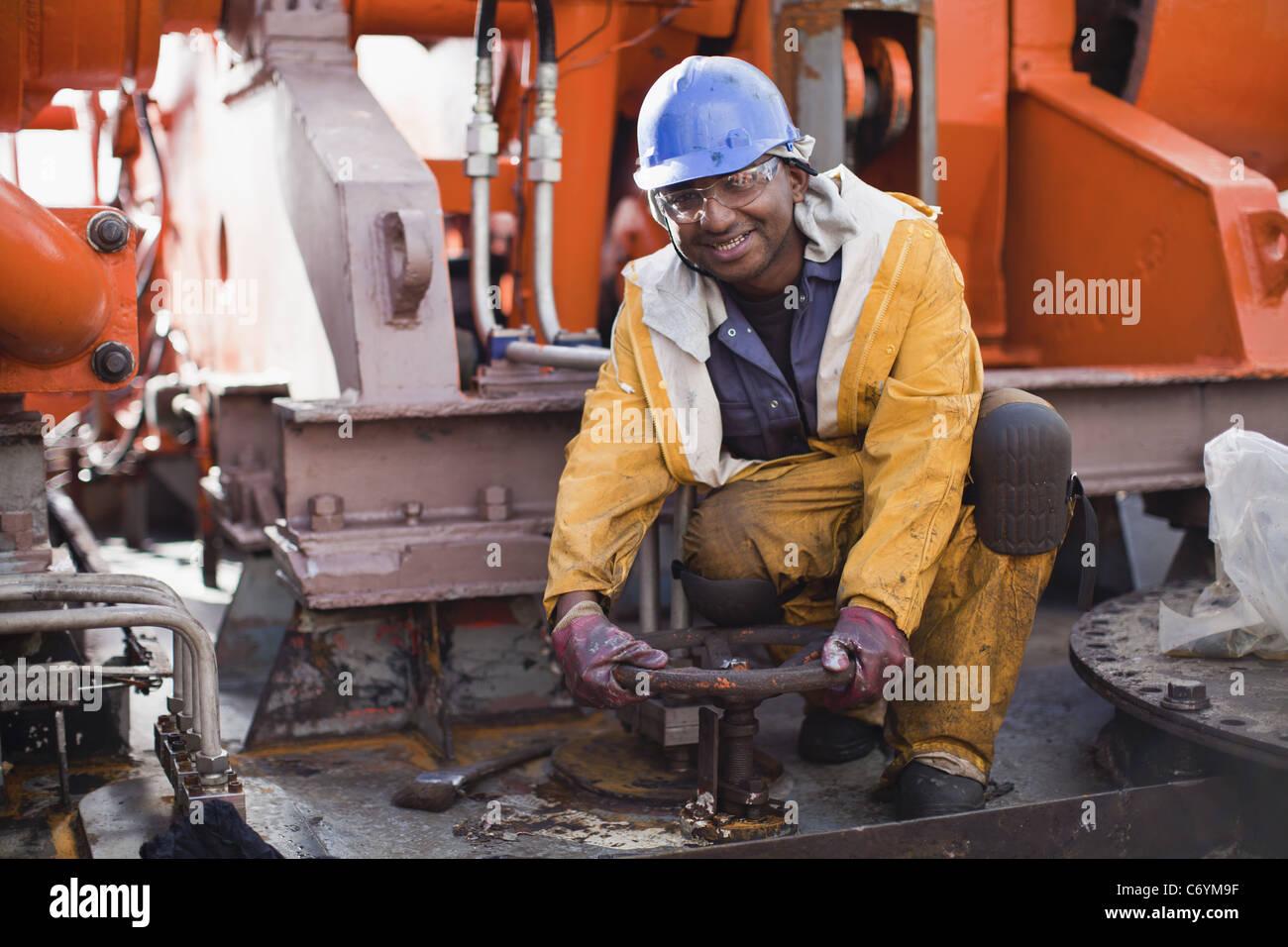 Arbeiter-Drehrad auf der Bohrinsel Stockbild
