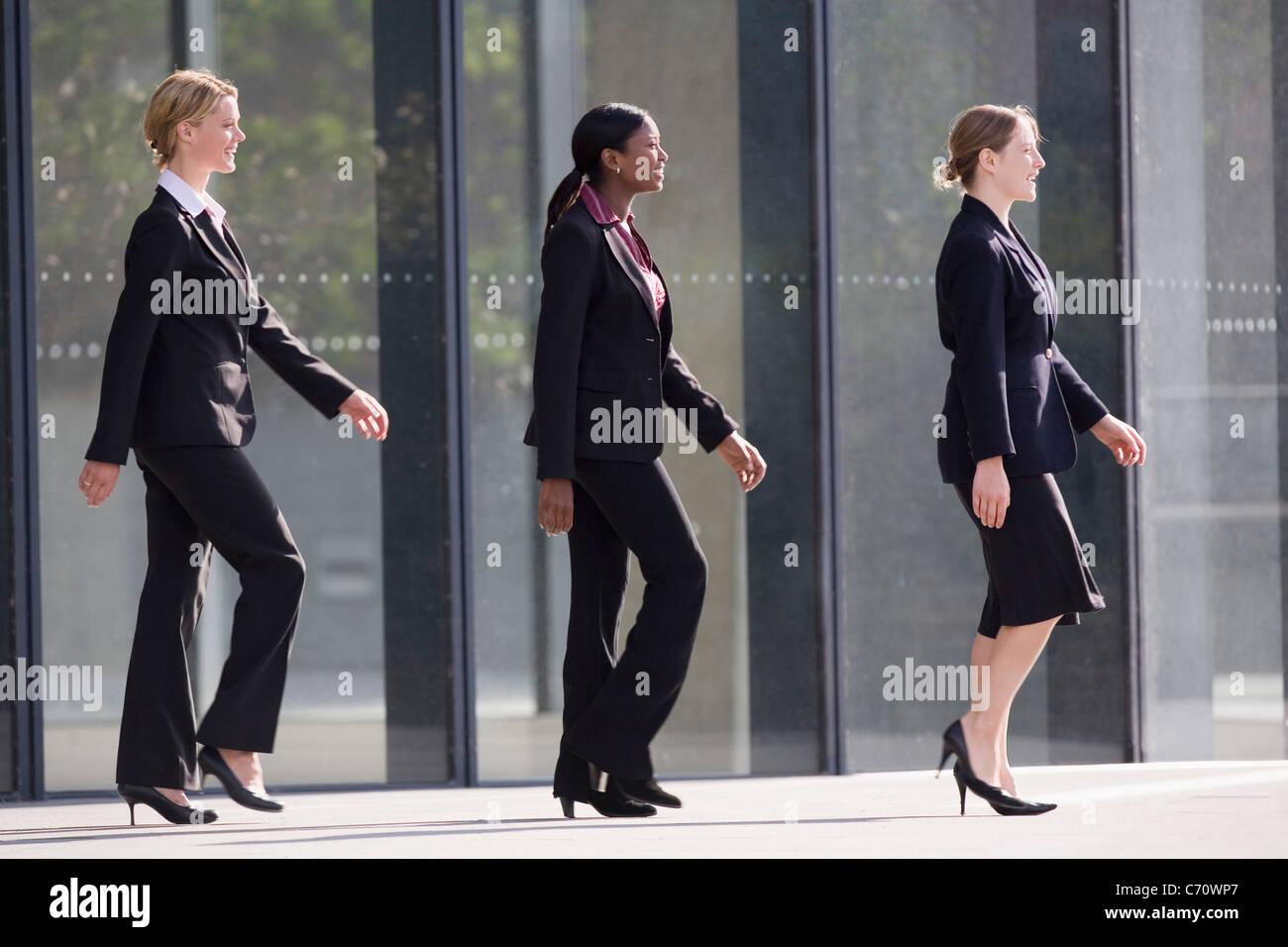 Geschäftsfrauen marschieren in der Zeit Stockbild