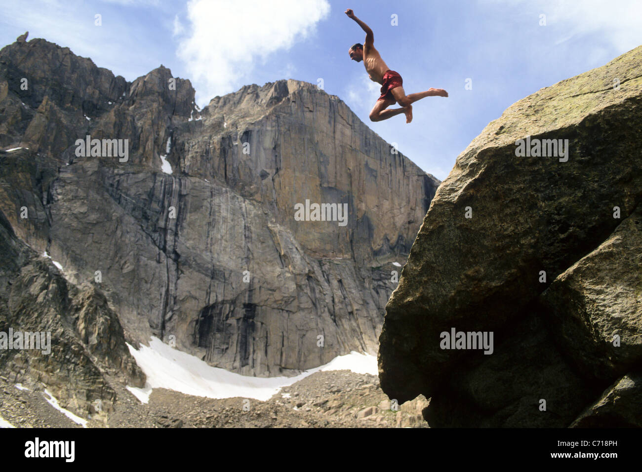 Mann springt von Felsen unten Longs Peak, Rocky Mountain Nationalpark, Estes Park, Colorado. Stockbild