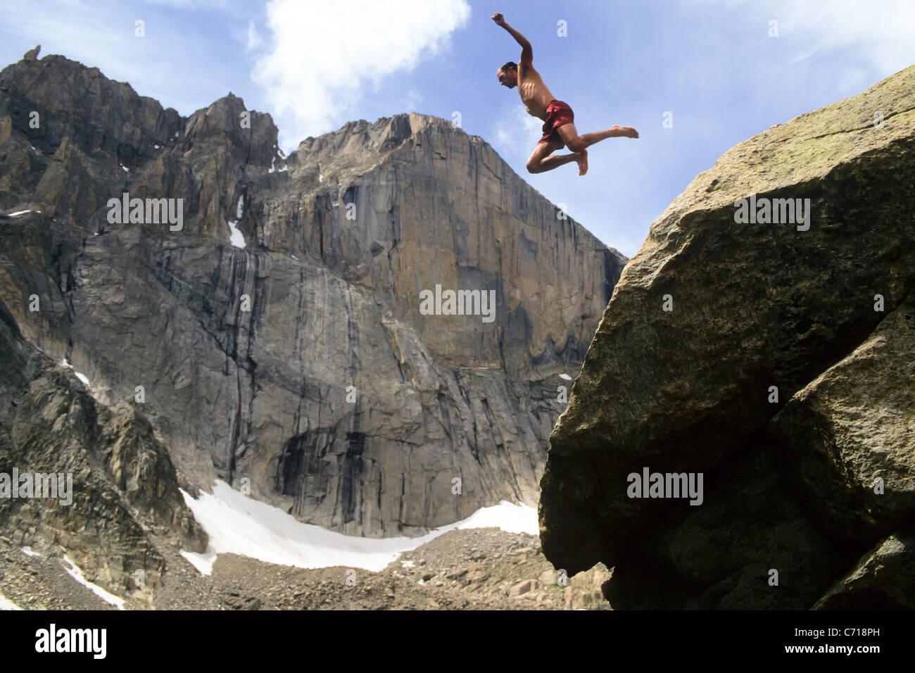 Mann springt von Felsen unten Longs Peak, Rocky Mountain Nationalpark, Estes Park, Colorado. Stockbild