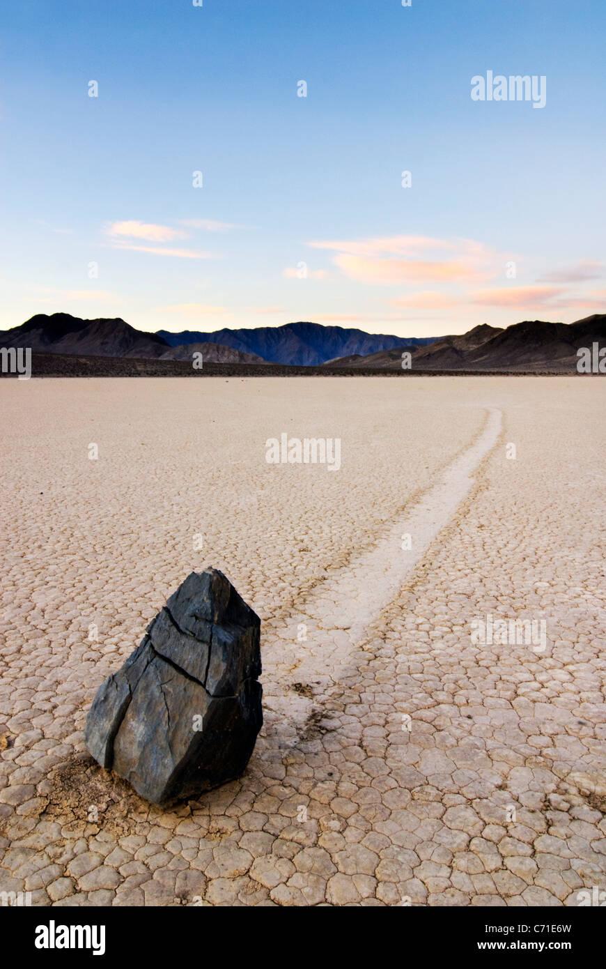 Ein Fels hinterlässt eine Spur von seiner Bewegung über die Rennstrecke im Death Valley National Park Stockbild