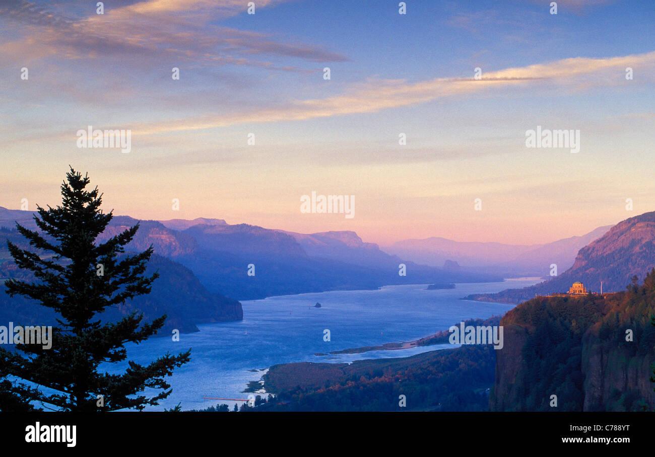 Columbia River Gorge Blick vom Frauen Forum-Park nach Crown Point und Osten bei Sonnenuntergang; Rahmen mit Oregon Stockbild