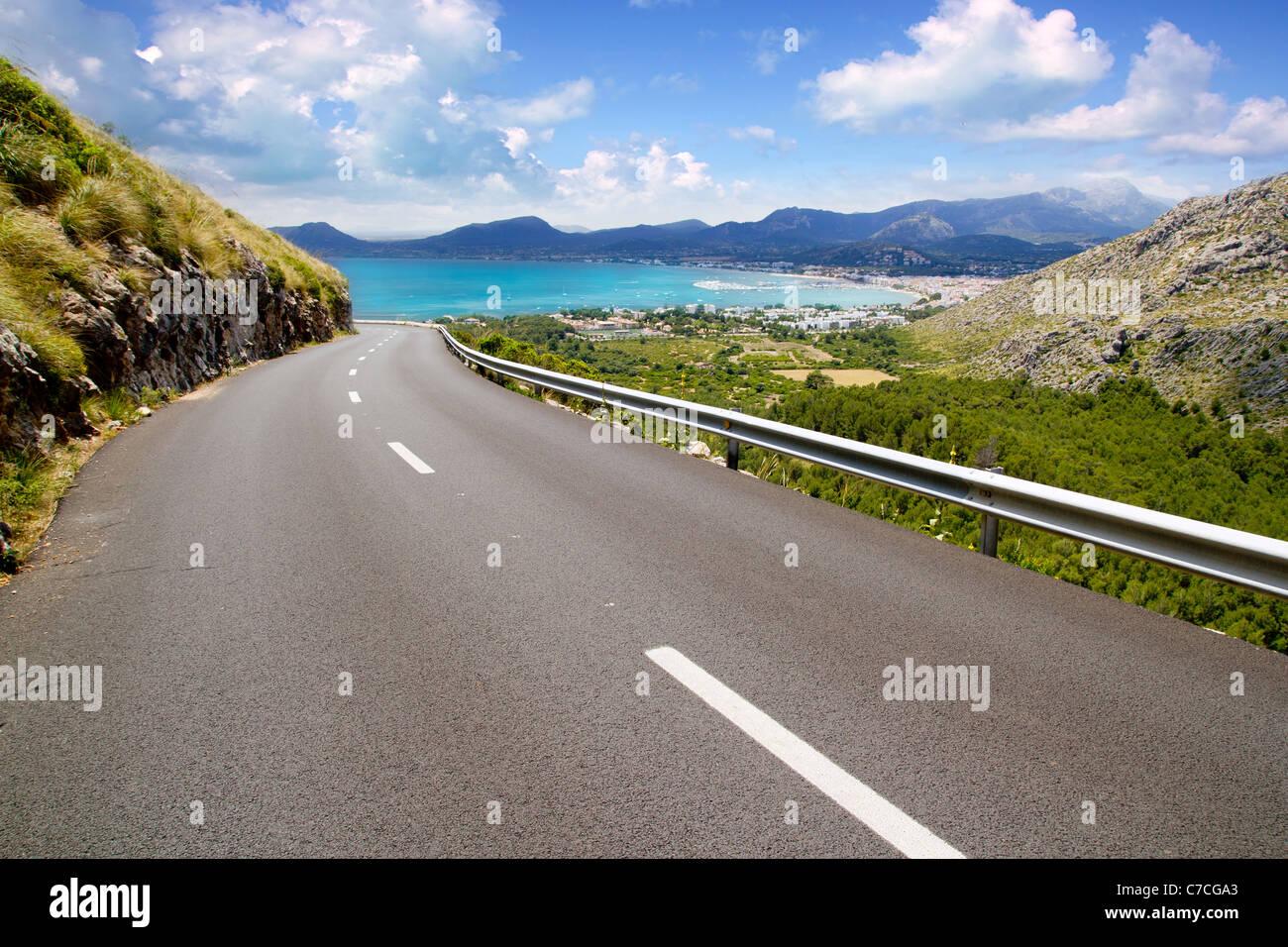 Kurve der Straße in den Bergen mit Pollensa auf Mallorca-Balearen-Insel Stockbild