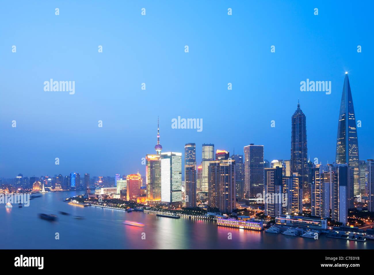 Pudong in der Abenddämmerung, Shanghai, China Stockfoto