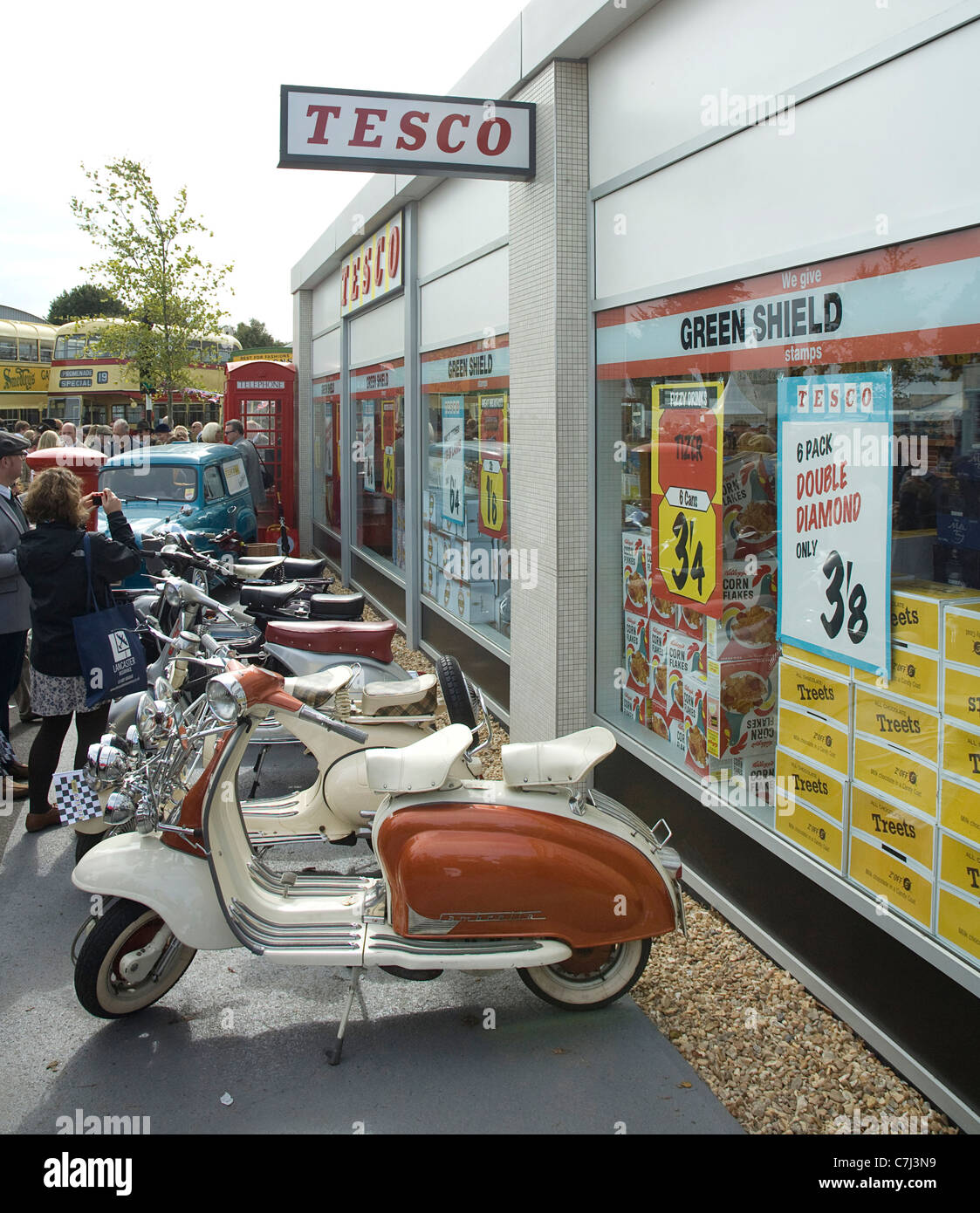 Retro-Tesco-Supermarkt mit Roller beim Goodwood Revival 2011 Stockbild