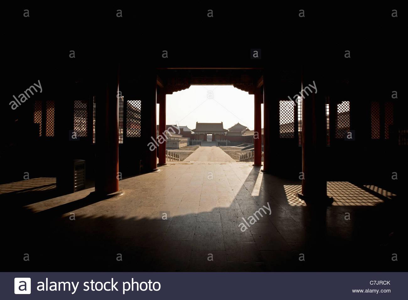 Eingang zum reich verzierte chinesische Gebäude Stockbild