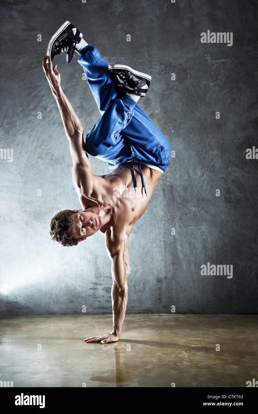 Starken Jüngling Breakdance. Stockbild