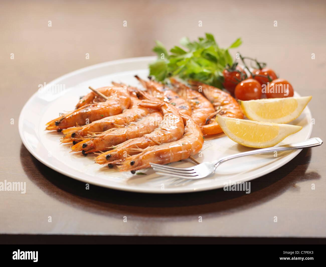 Teller mit Garnelen im restaurant Stockbild