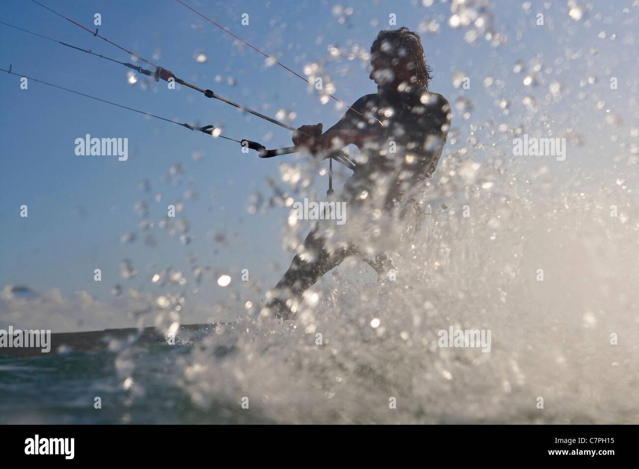 Kitesurfer im Wasser plantschen Stockbild