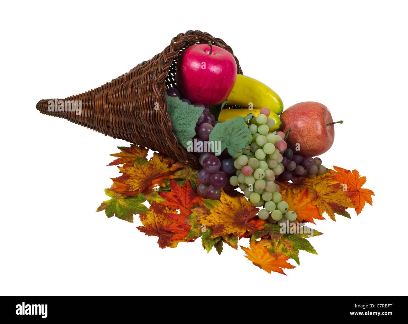 Wicker Horn Füllhorn, die symbolisch für reichlich Fülle mit bunten Früchten und Blättern Stockbild