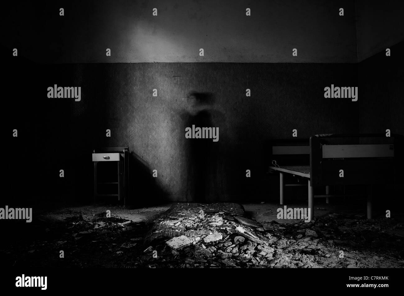 Bewegliche Figur im verlassenen Haus Zimmer Stockbild