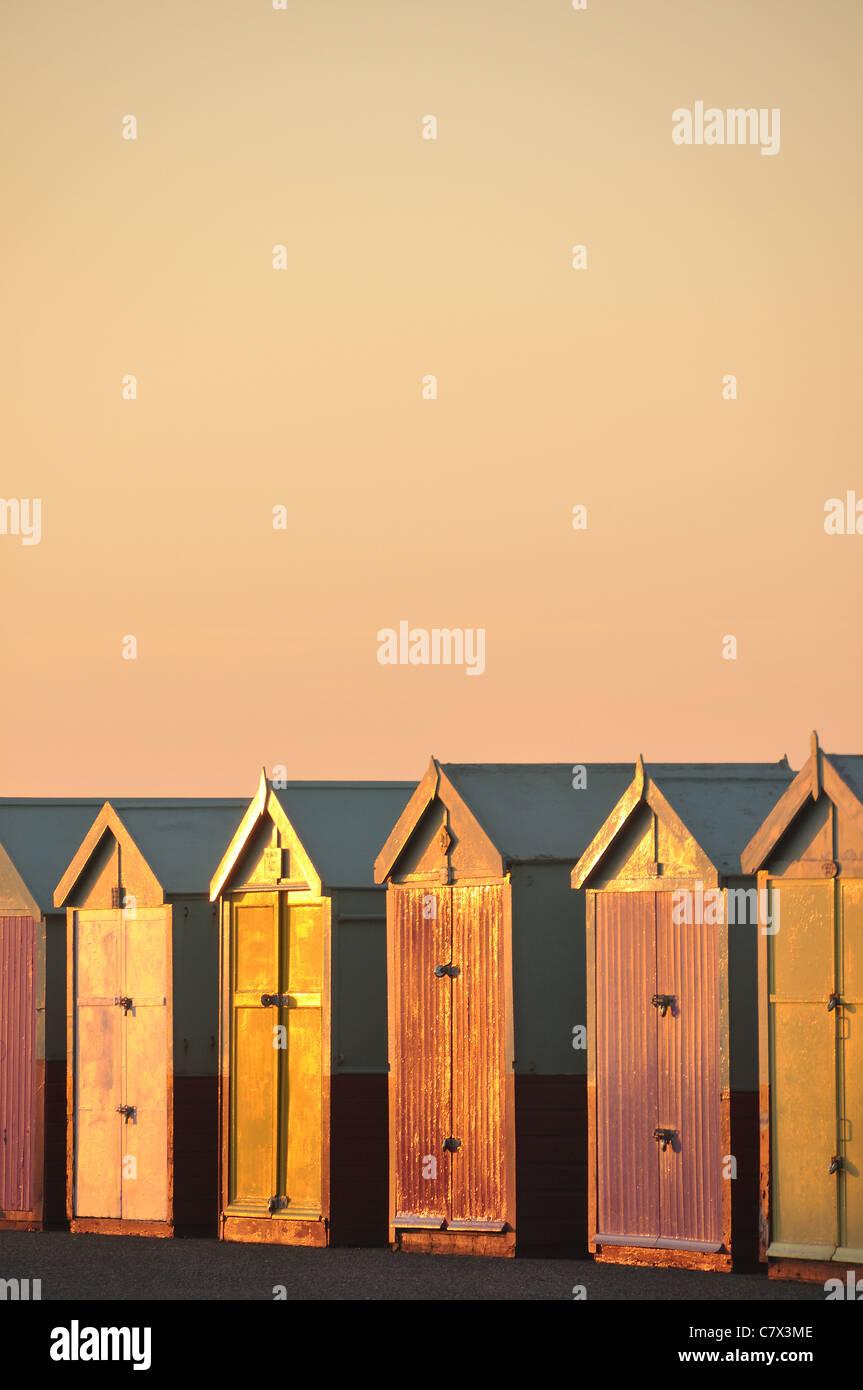 Hove Strandhütten beleuchtet von Abendlicht, East Sussex, England Stockbild