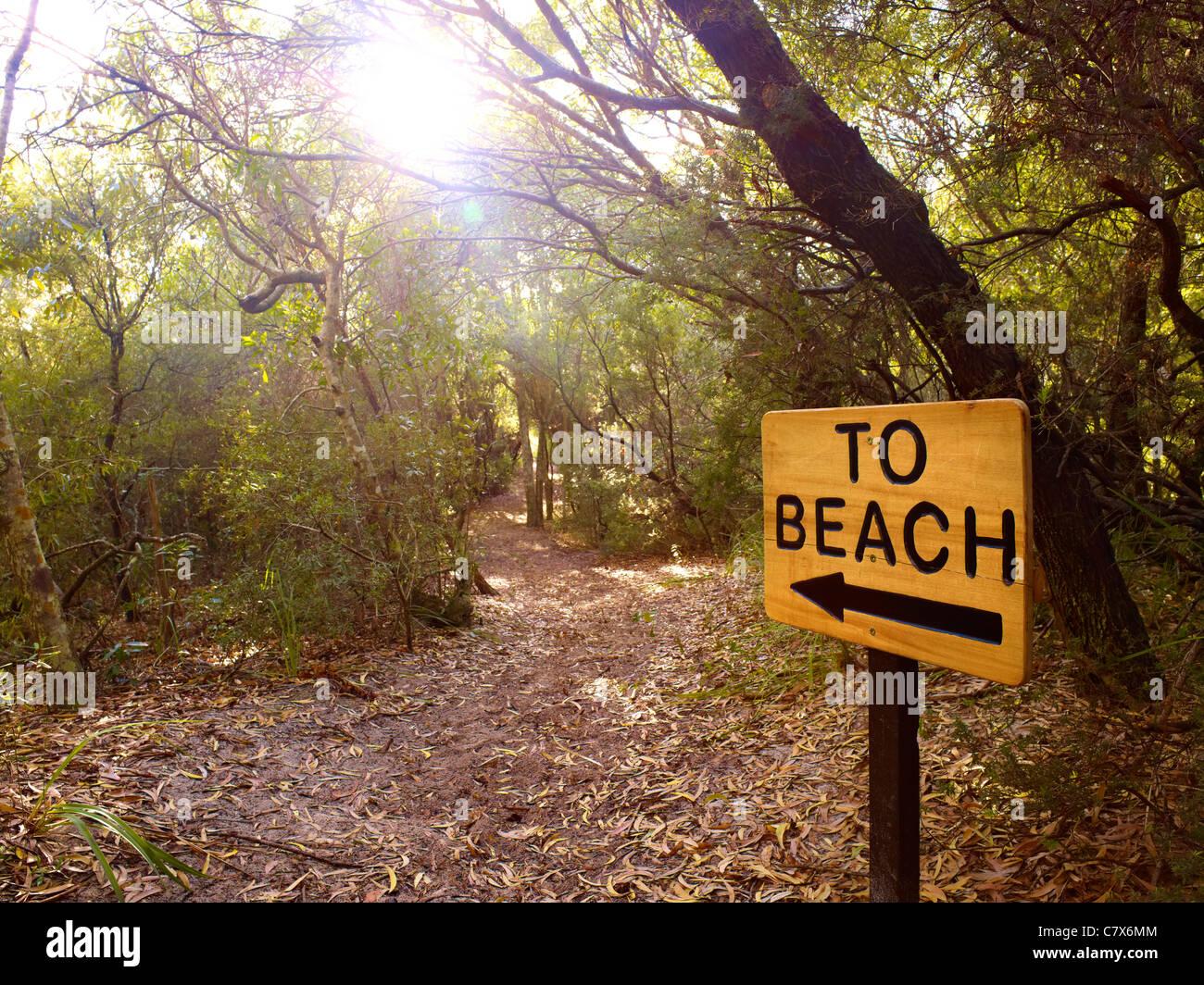 Zeichen markieren Weg zum Strand Stockbild