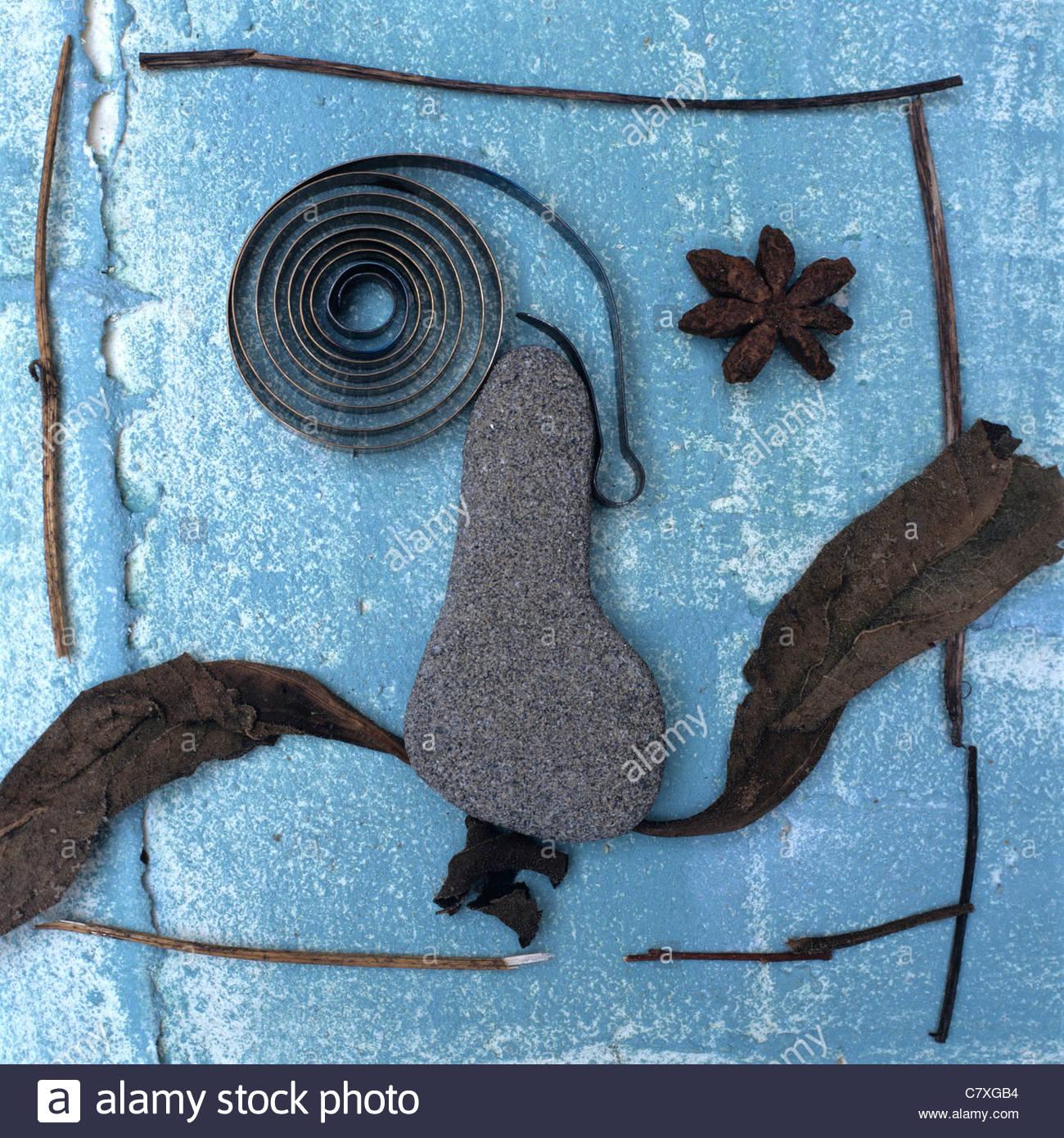 Konzeptbild von menschlichem Antlitz hergestellt aus Zweigen, Steinen und Federn Stockbild