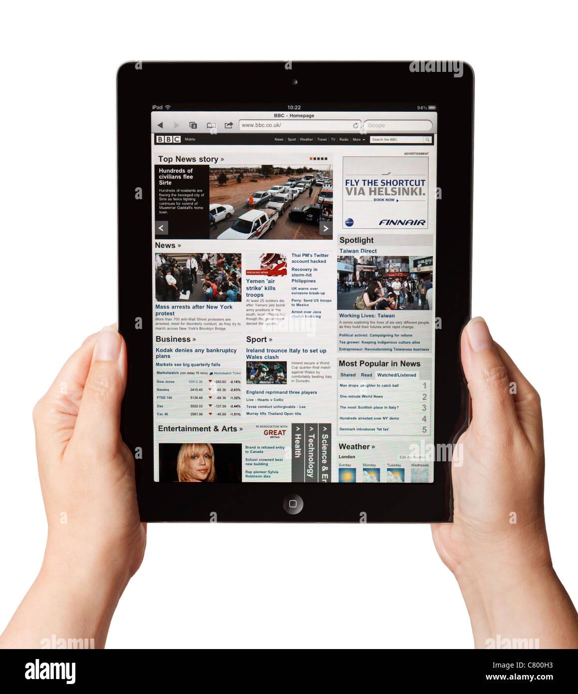 Hände halten eine iPad zeigt die BBC-mobile Website-portal Stockbild