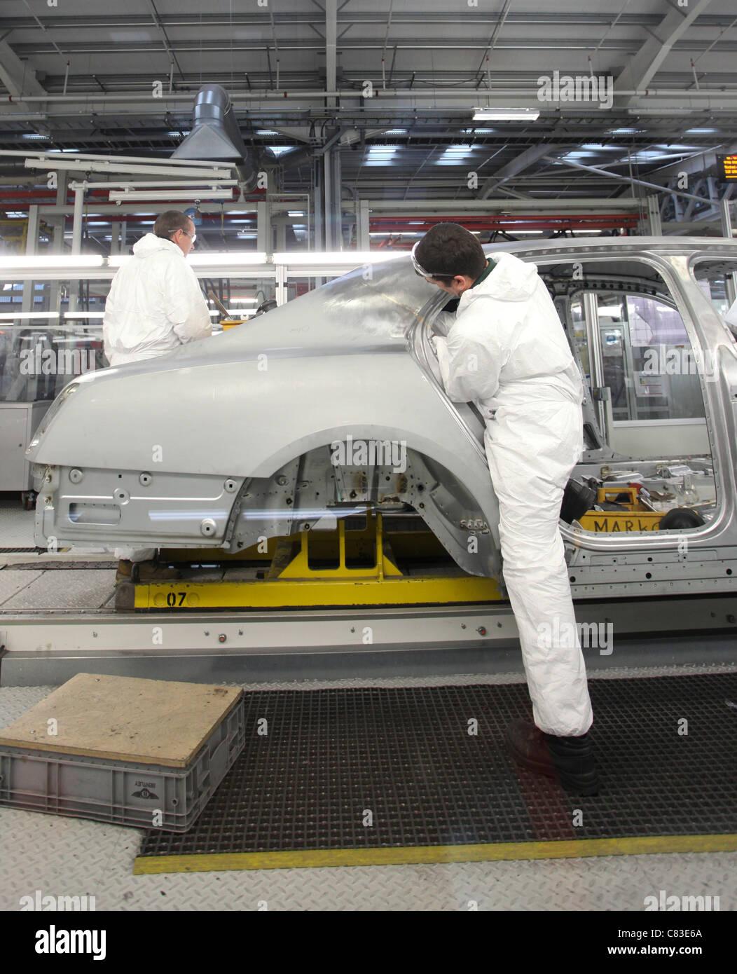 Mitarbeiter arbeiten an einem Bentley motor Fahrzeug im Werk des Unternehmens in Crewe, Großbritannien Stockbild