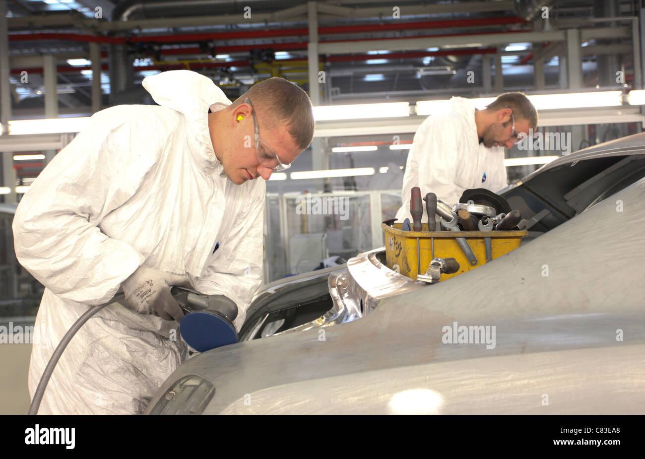 Mitarbeiter arbeiten an einem Mulsanne Bentley Motorwagen im Werk des Unternehmens in Crewe, Großbritannien Stockbild