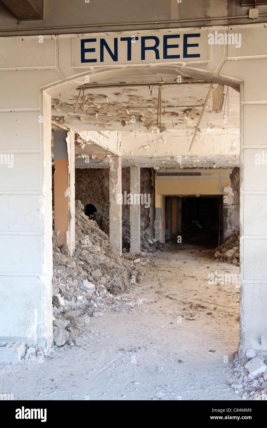Veraltete Eingang mit Haufen von Schutt Stockbild