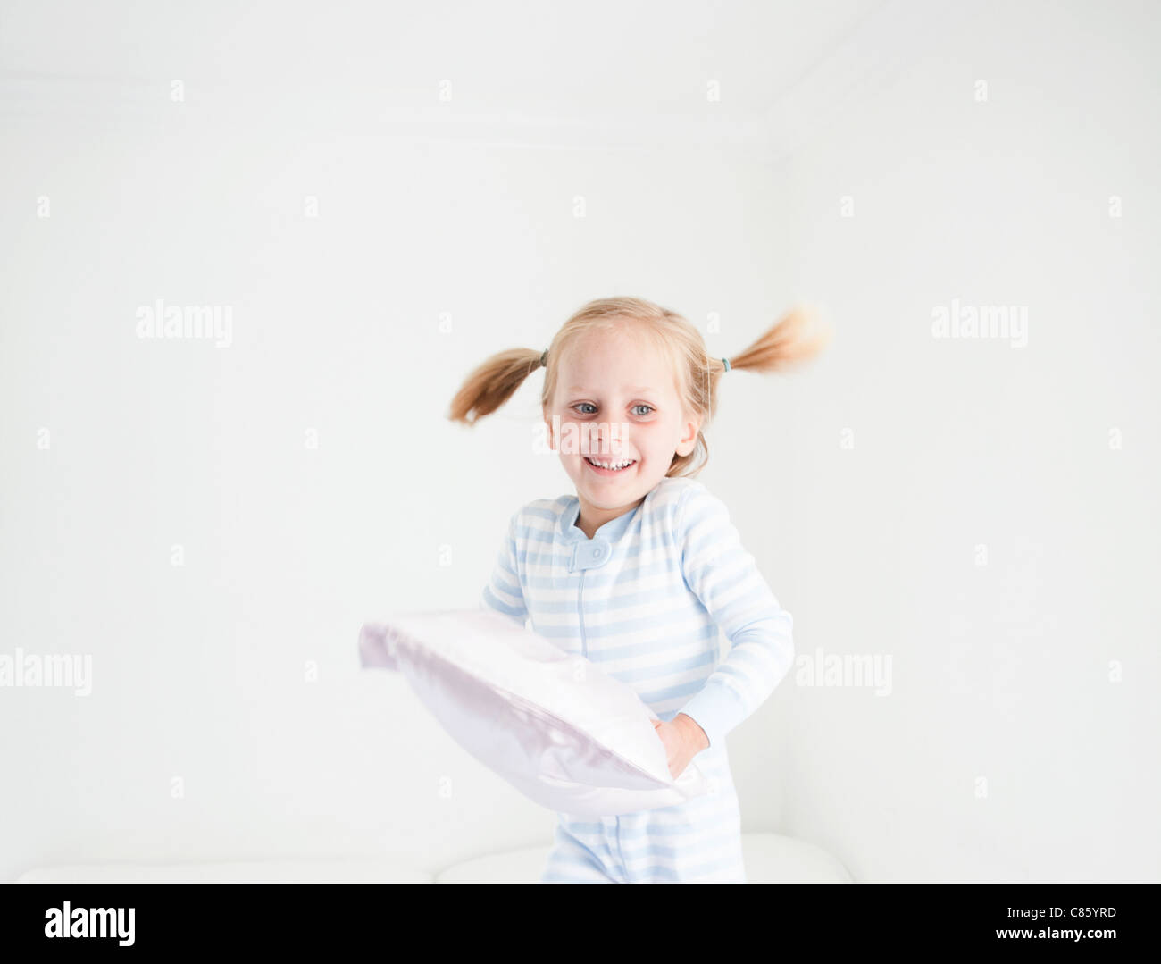 Kleines Mädchen im gestreiften Pyjama Stockbild