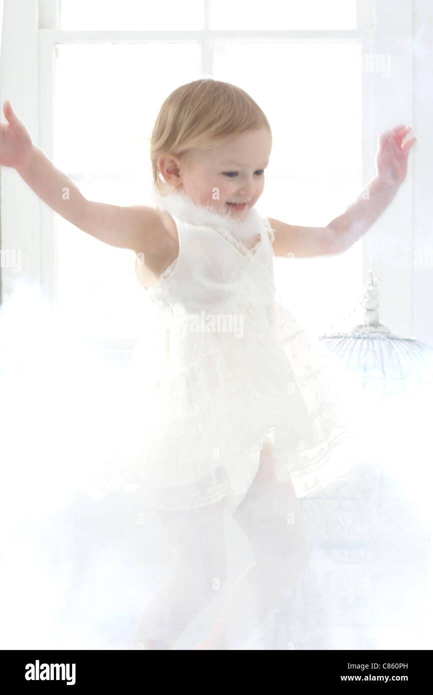 Kleines Mädchen in weiß gekleidet Stockbild
