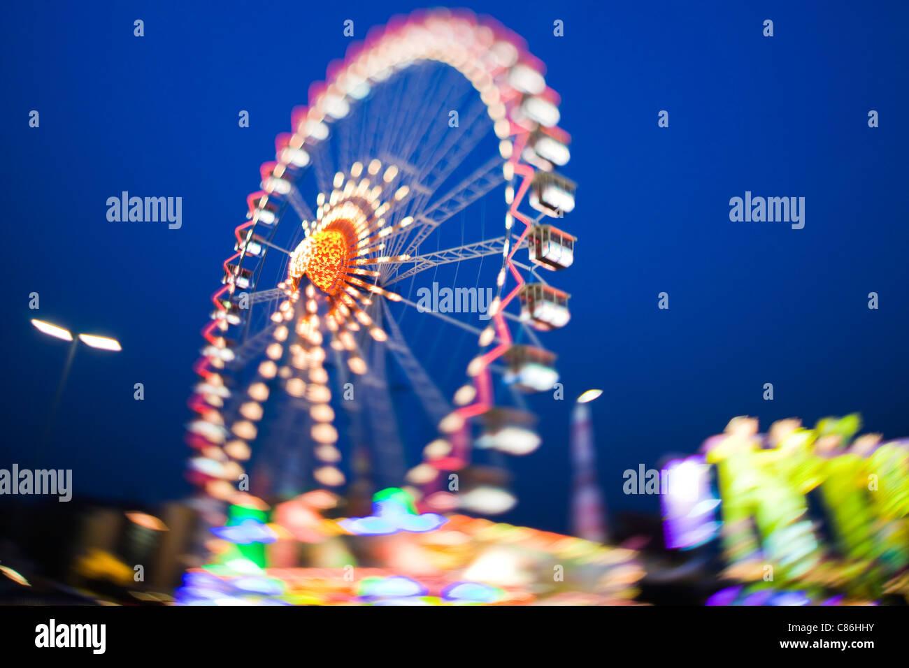 Riesenrad beleuchtet gegen Nachthimmel Stockbild