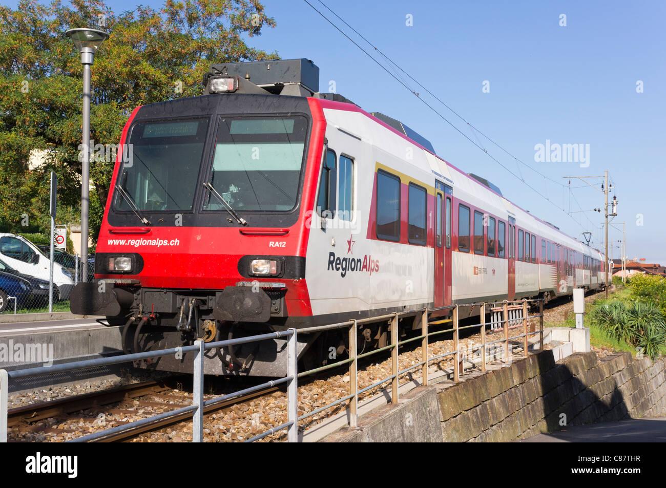 Ein Regionalzug wartet am Bahnhof St-Gingolph in der Schweiz Stockbild