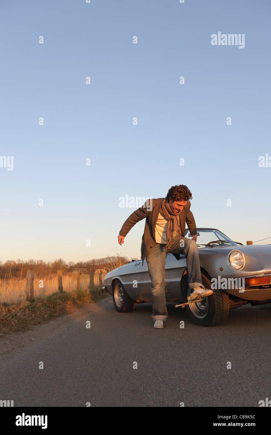 Deutschland, Hamburg, Mann Reifen der klassischen Cabriolet Auto ändern Stockbild