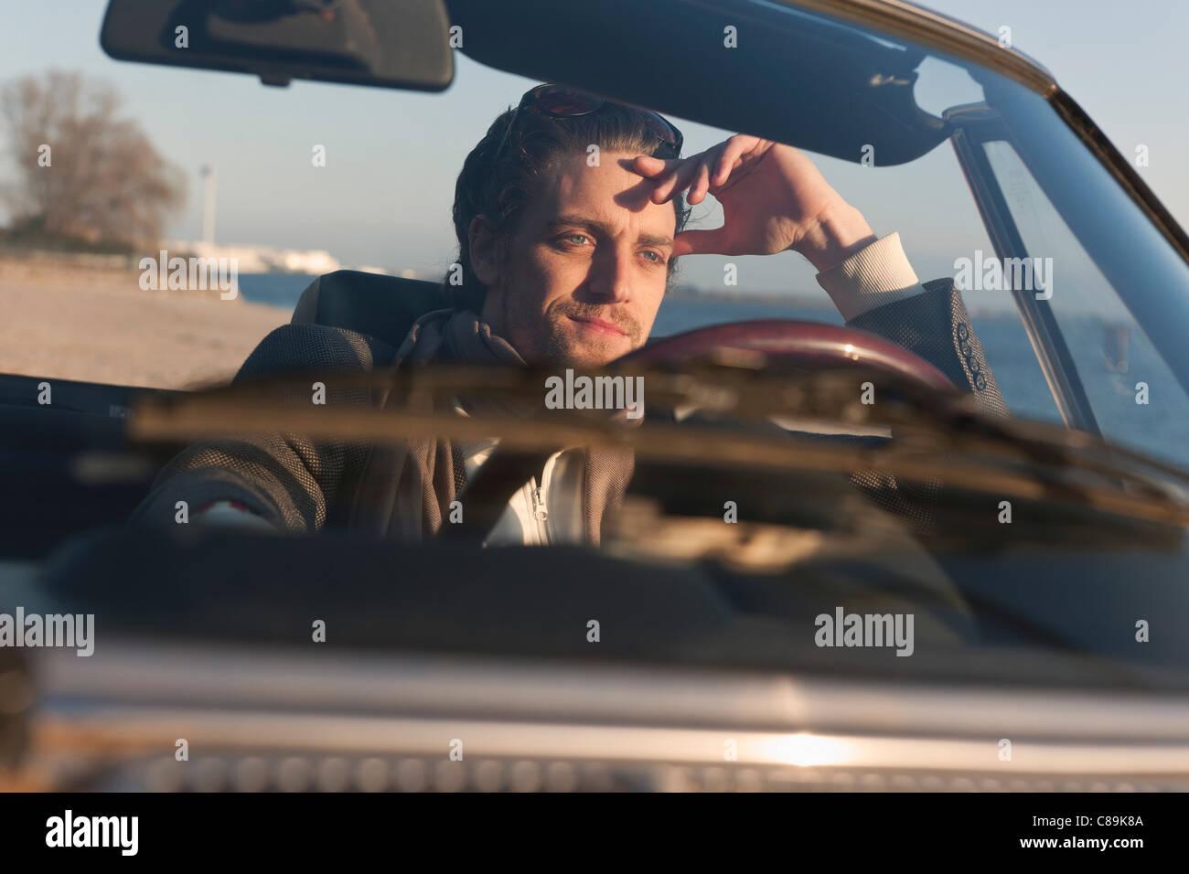Deutschland, Hamburg, Mann klassische Cabrio Auto fahren Stockbild