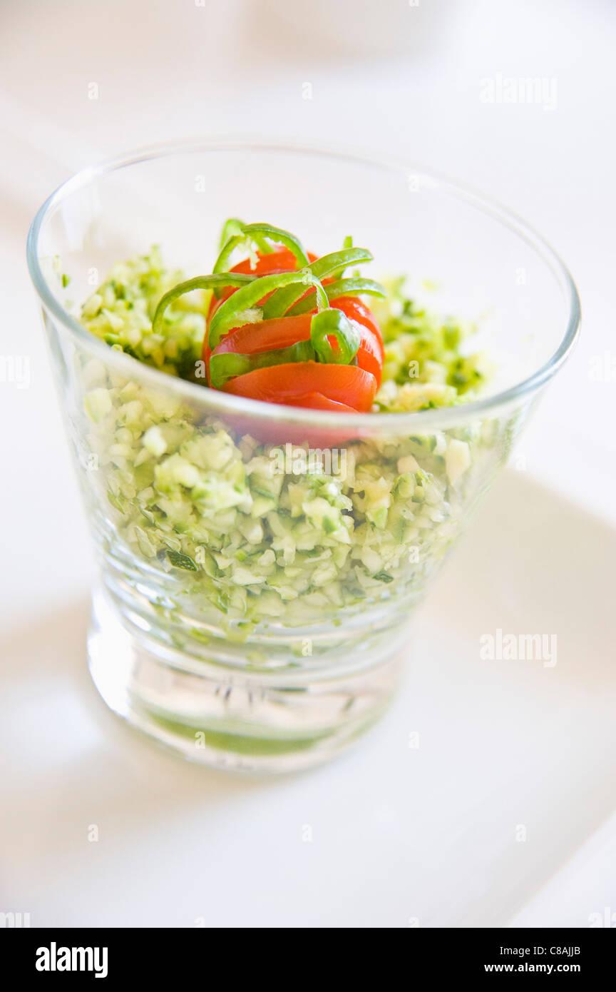 Rohe Zucchini mit grüne Chilischote fein gehackt Stockbild