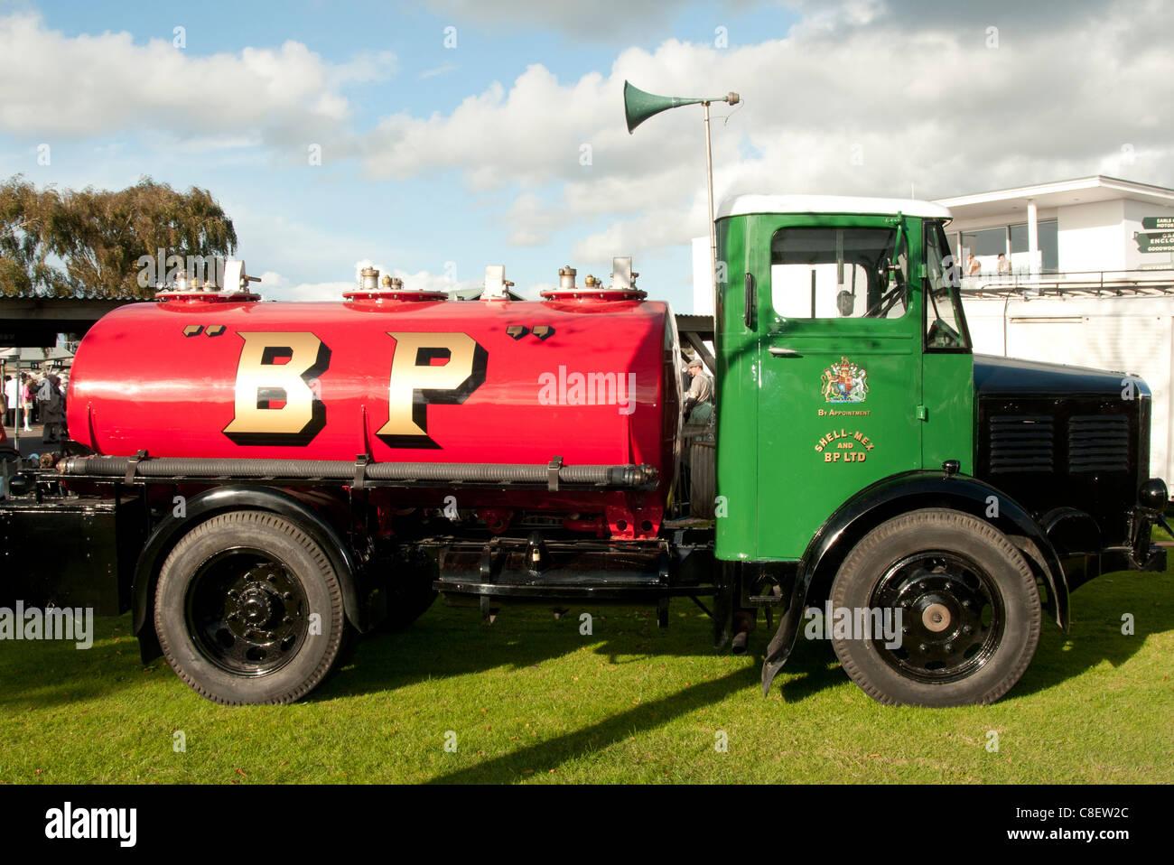 Vintage BP Benzin Tanker beim Goodwood Revival Stockbild