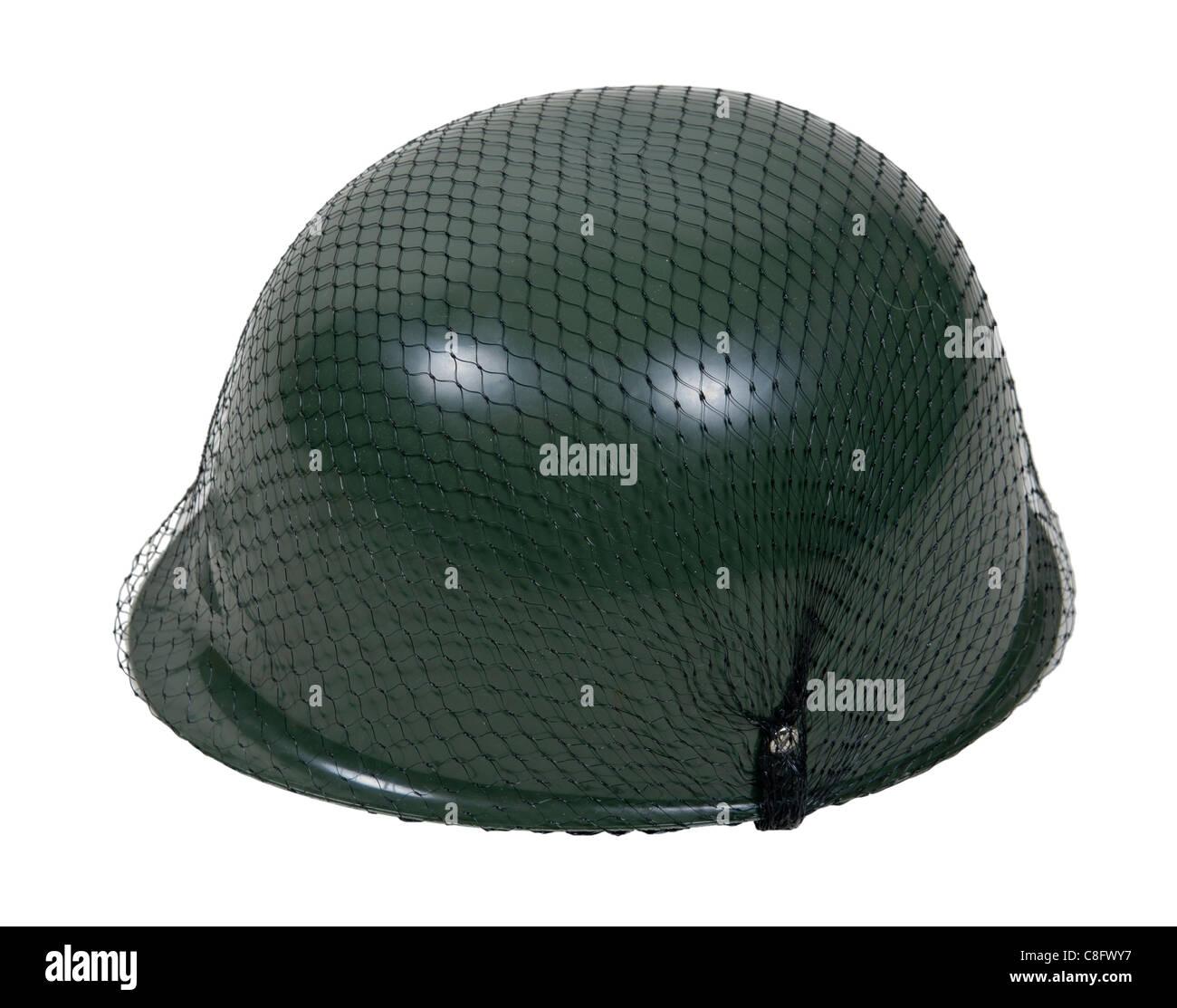 Grüne Militärhelm mit Netzgewebe drüber - Pfad enthalten Stockbild