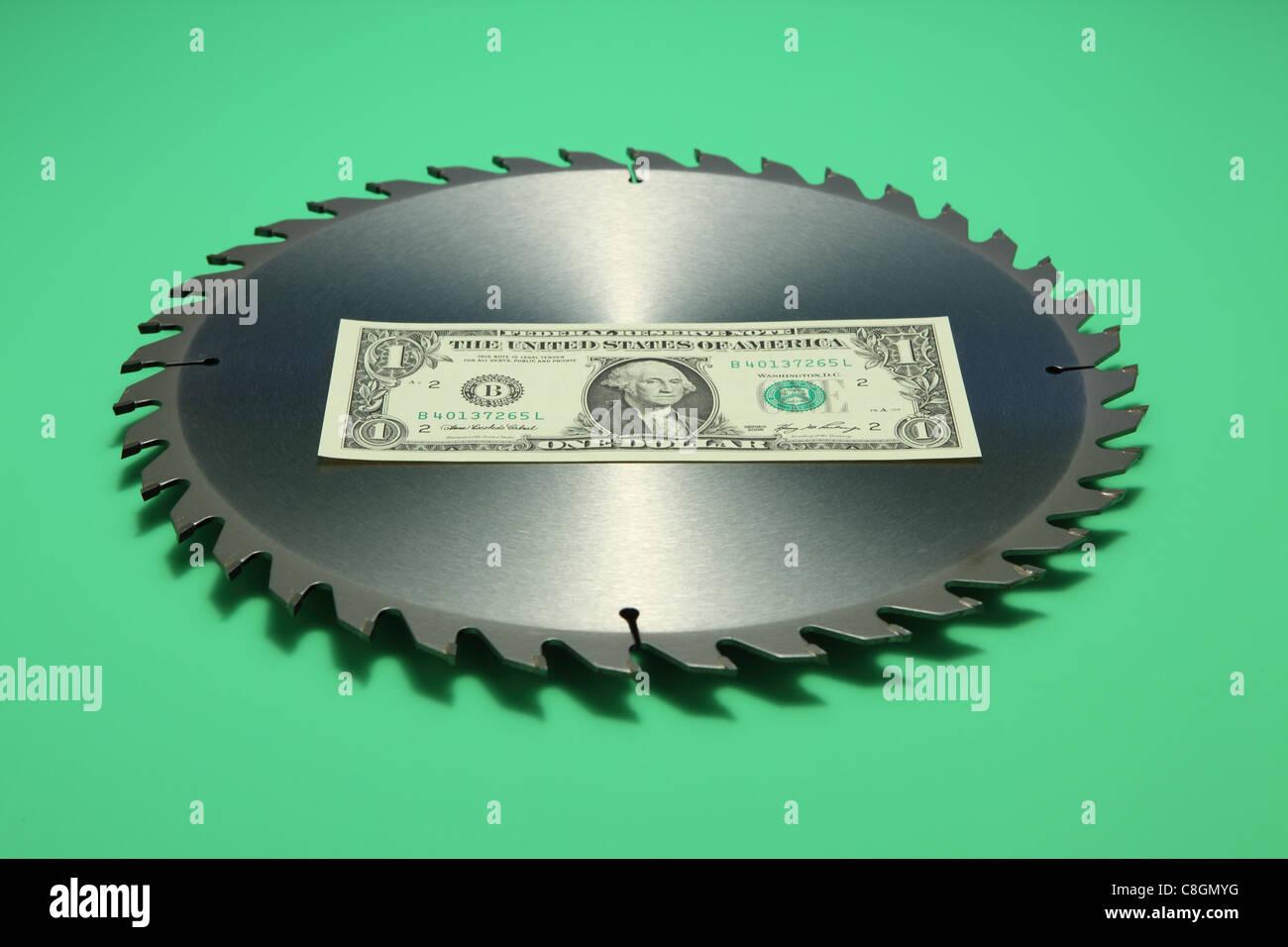 Einem US-Dollar-Banknote in der Mitte ein Metall Rundschreiben Sägeblatt. Hellen grünen Hintergrund Banknote Stockbild