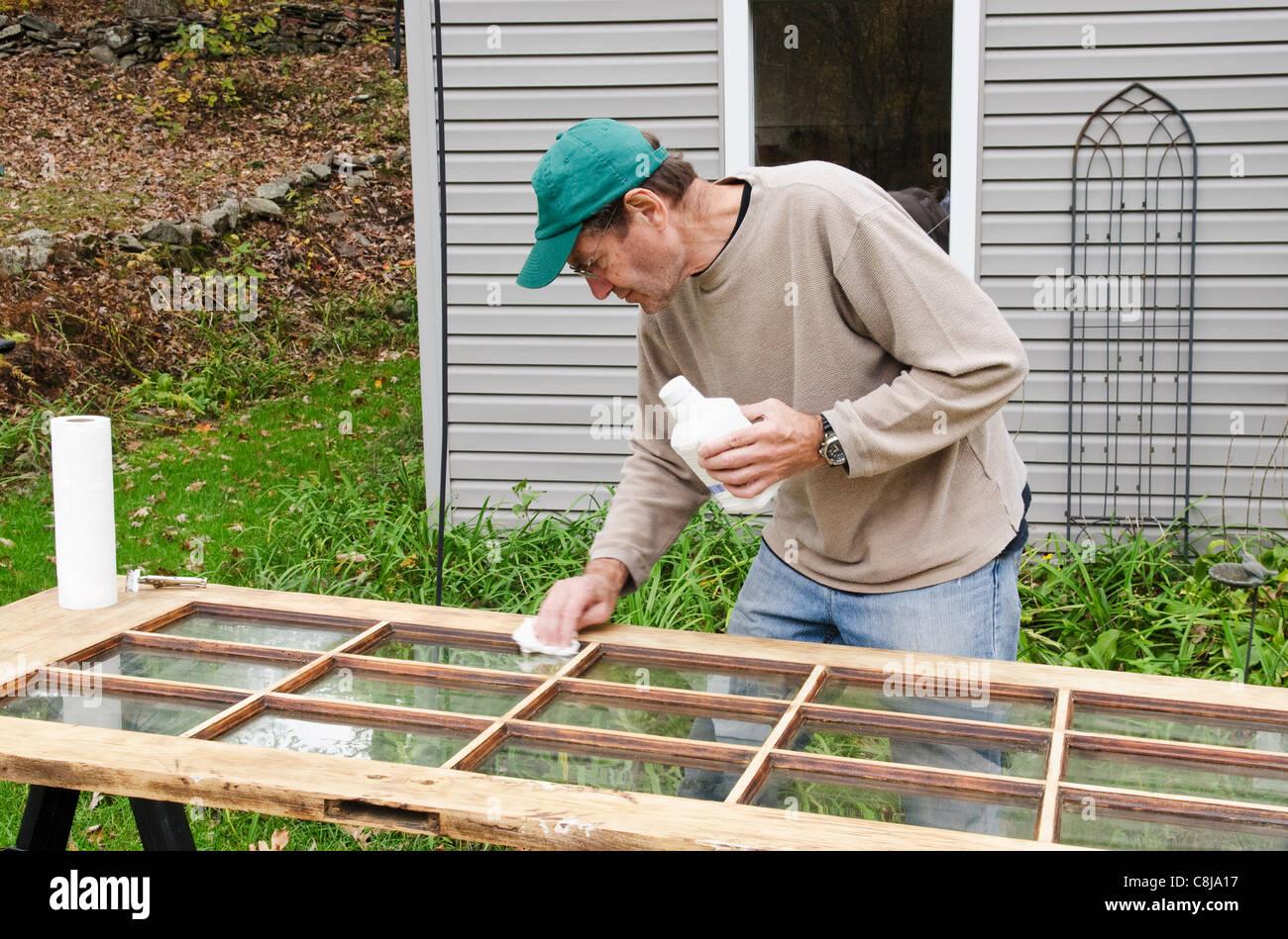 Mann im freien Nacharbeiten verglaste alte Glastür Stockbild