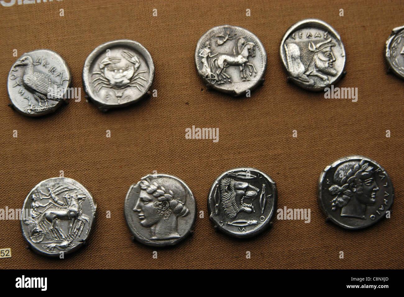 Antike griechische Münzen aus der numismatischen Sammlung des Pergamonmuseums in Berlin, Deutschland. Stockbild
