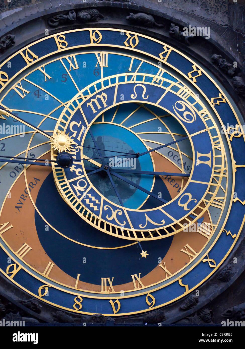 Detail des Gesichts der astronomischen Uhr auf Rathausfassade in Staromestske Namesti oder Altstädter Ring Stockbild