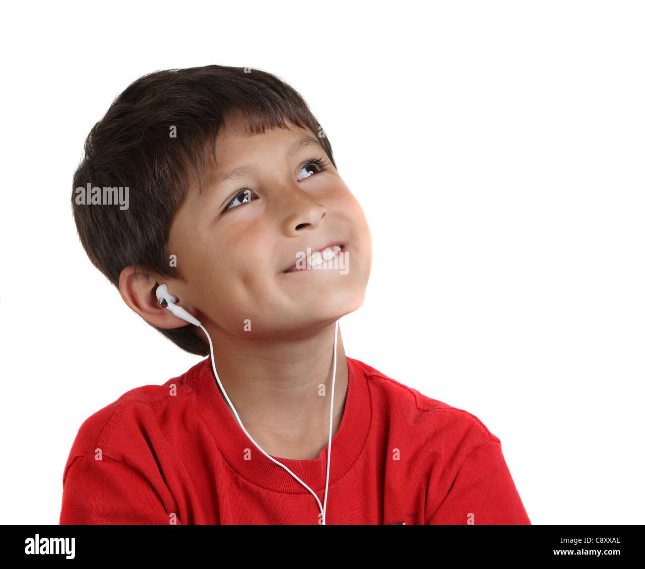 Lächelnde glückliche junge mit Kopfhörer auf weißem Hintergrund mit textfreiraum nach rechts Stockbild