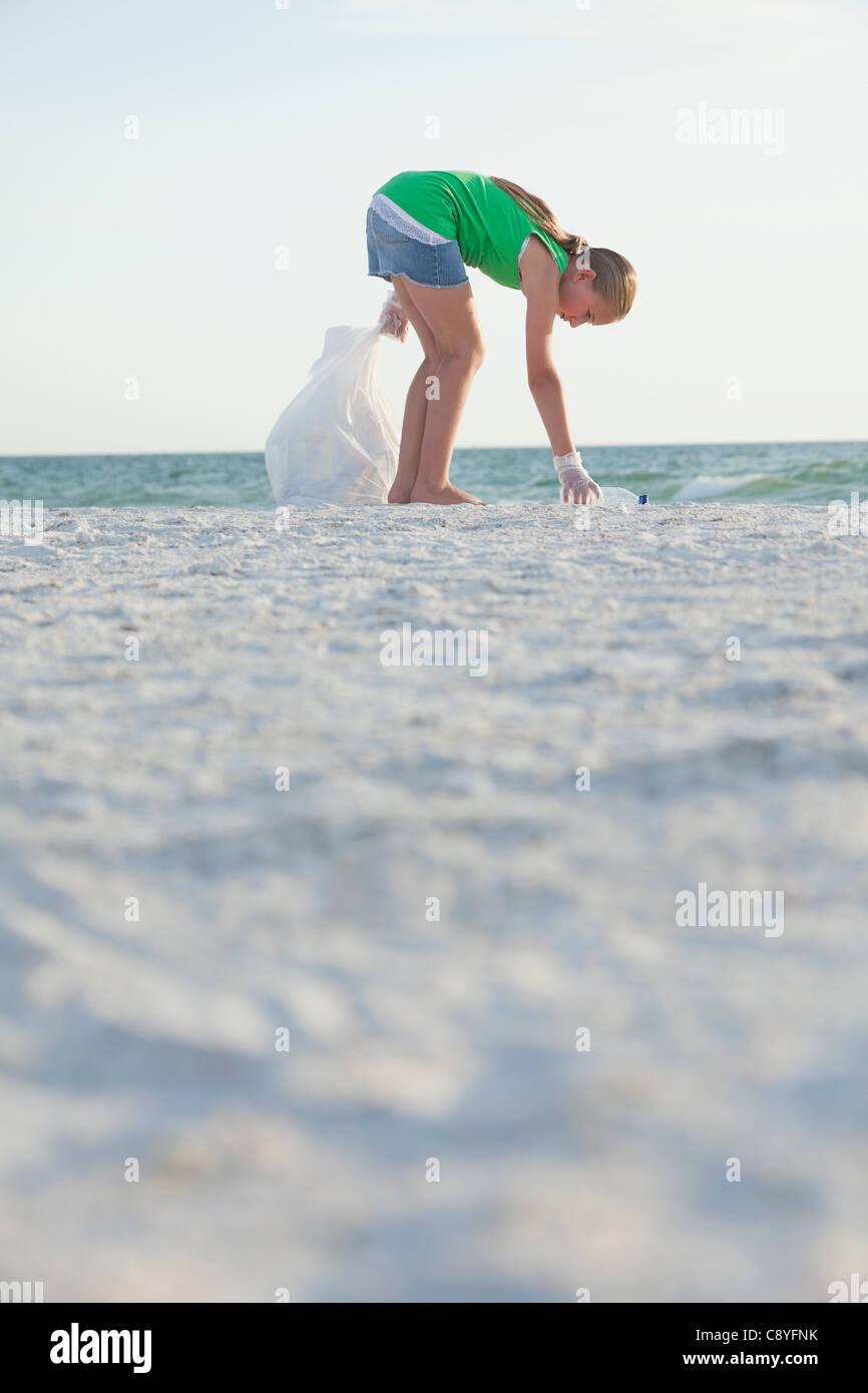 USA, Florida, St.Petersburg, Reinigung Strand Mädchen (10-11) Stockbild