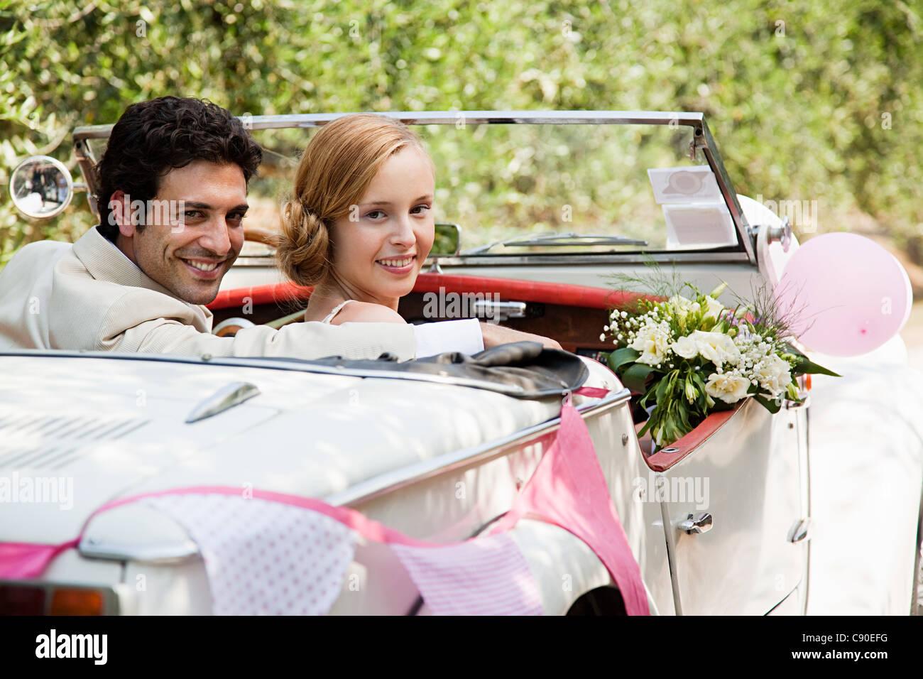 Brautpaar im Oldtimer Stockbild