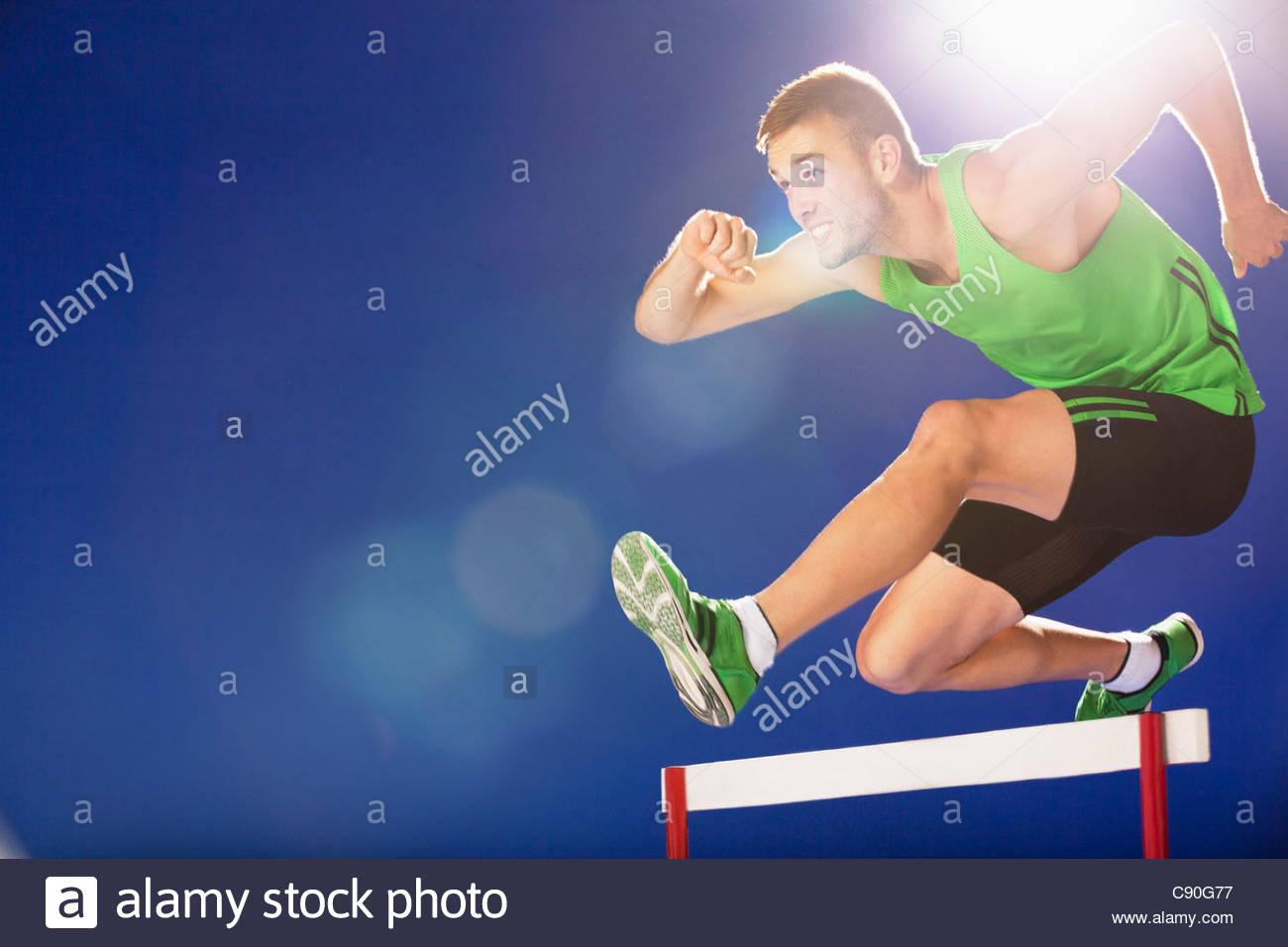 Sportler, die Hürden Stockbild