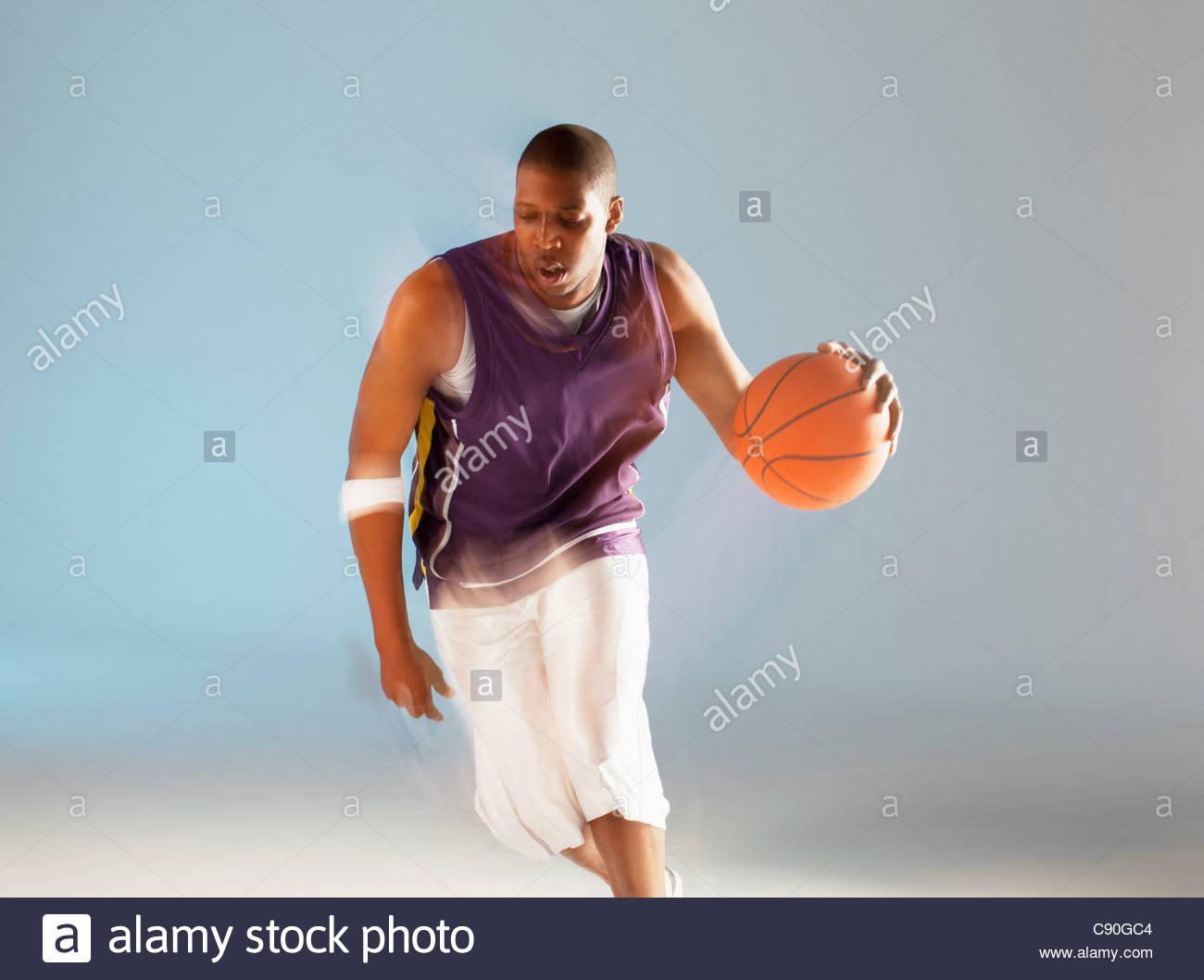 Verschwommene Sicht der Basketball-Spieler dribbeln Stockbild
