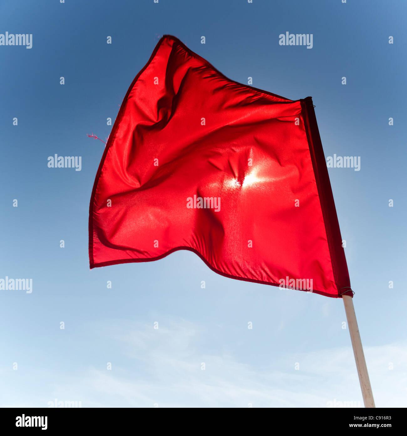 Die roten Fahnen auf Coney Island zu bezeichnen, ist es nicht sicher ist, Schwimmen im Meer wegen starker Strömungen, Stockbild