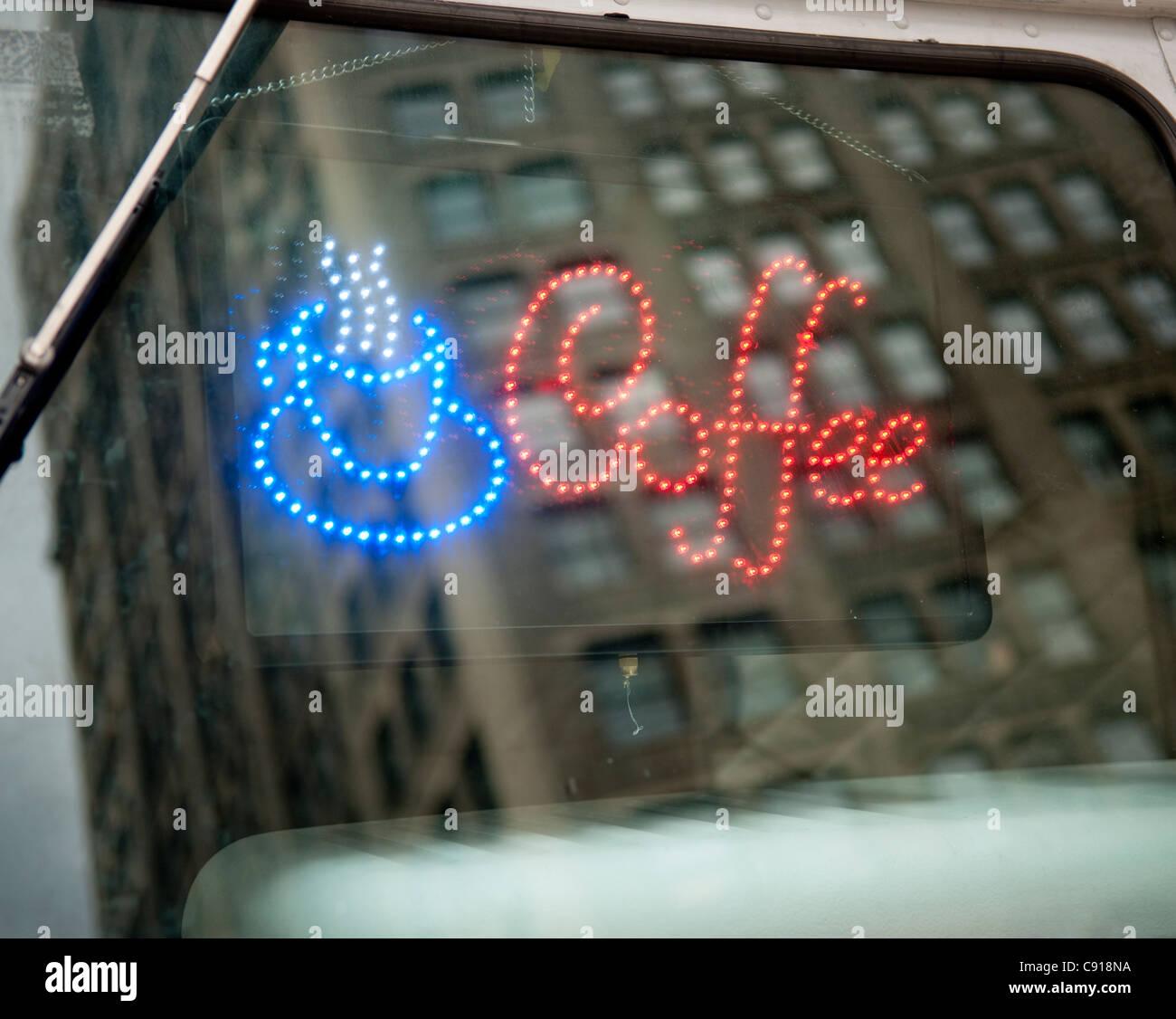 Es gibt viele mobile Speisen und Getränke-Wagen in New York und sind beliebt bei Einheimischen und Touristen Stockbild