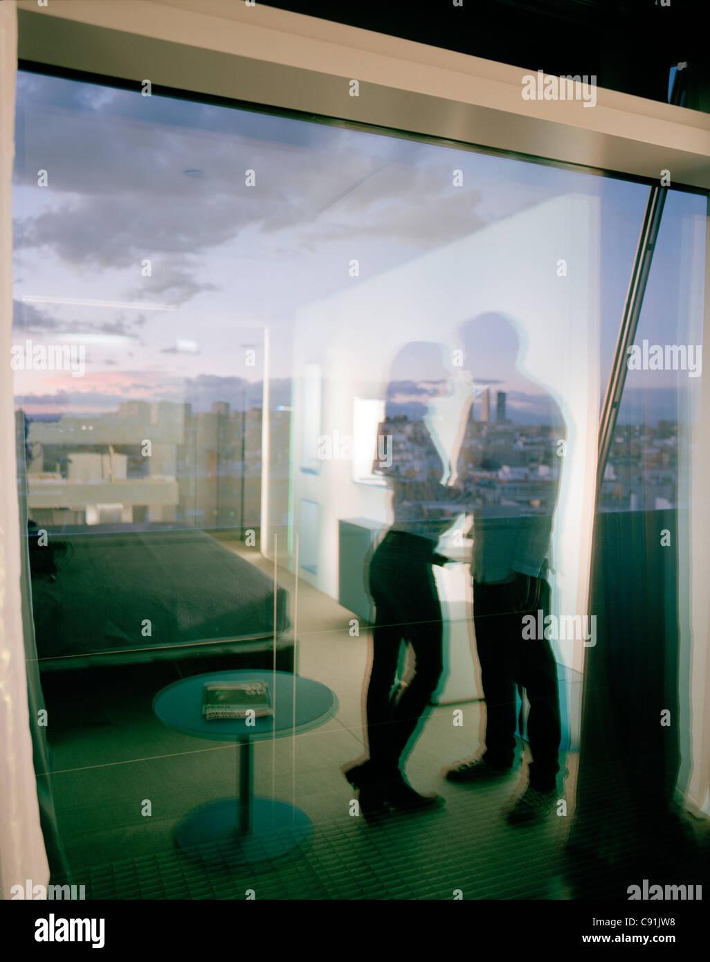 Zimmer im 9. Stock, entworfen von Richard Gluckman, Hotel Silken Puerta America, Madrid, Spanien Stockbild