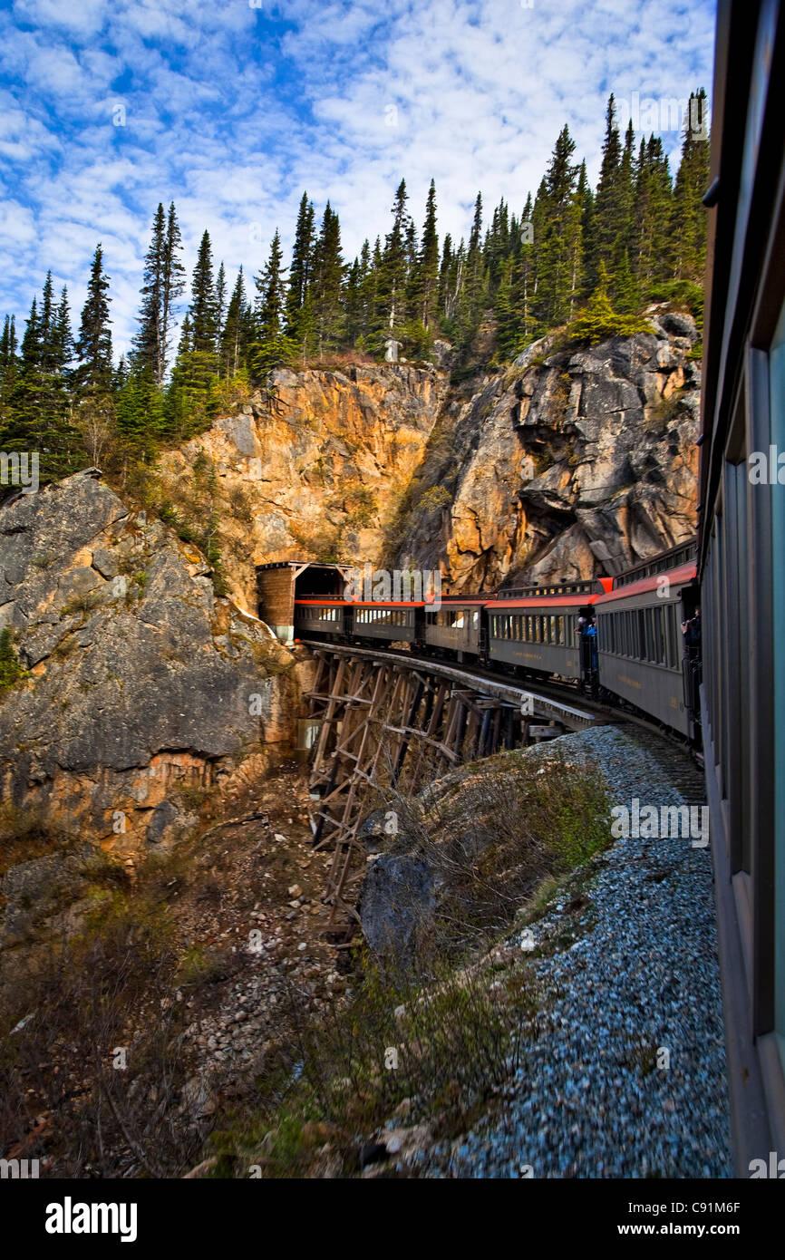 White Pass & Yukon Bahn kreuzt ein Bock und tritt in einen Tunnel, Skagway, Alaska Southeast, Sommer Stockbild