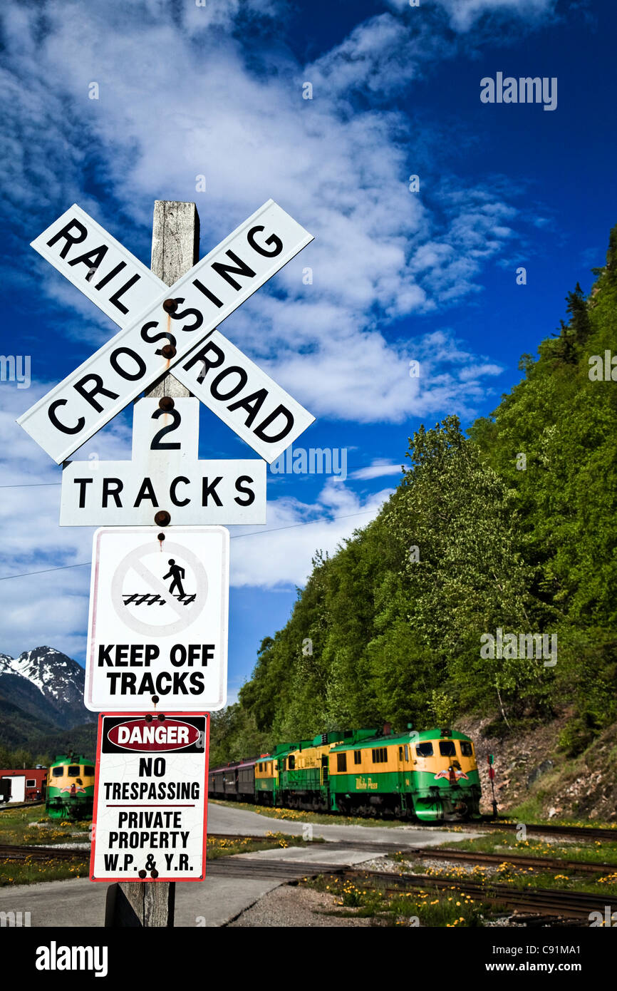 White Pass & Yukon Route Railway Zug an einem Bahnübergang, Skagway, Alaska Southeast, Sommer Stockbild