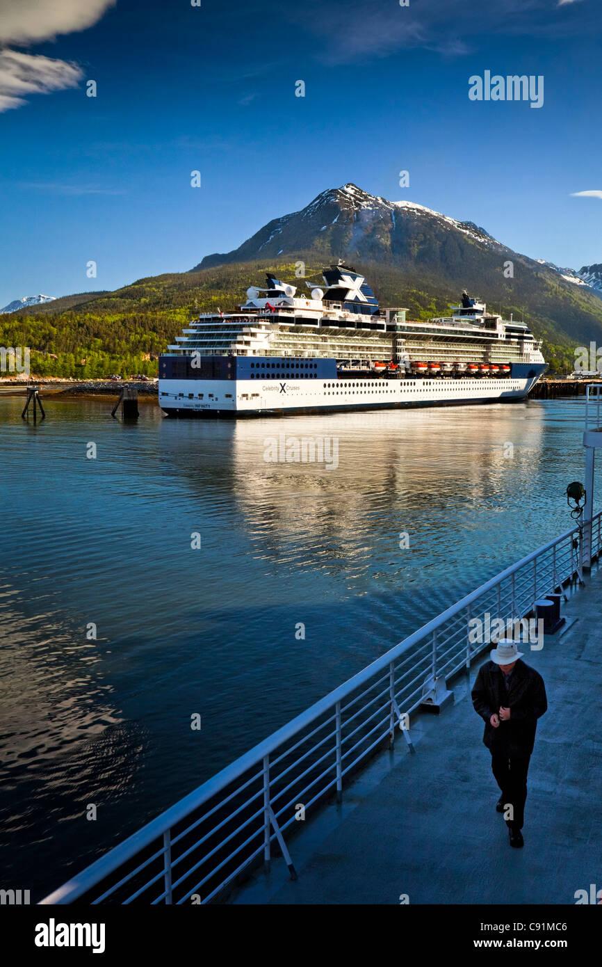 Alaska Marine Highway Fähre vertäut neben einem Celebrity Cruises Kreuzfahrtschiff im Hafen von Skagway, Stockbild